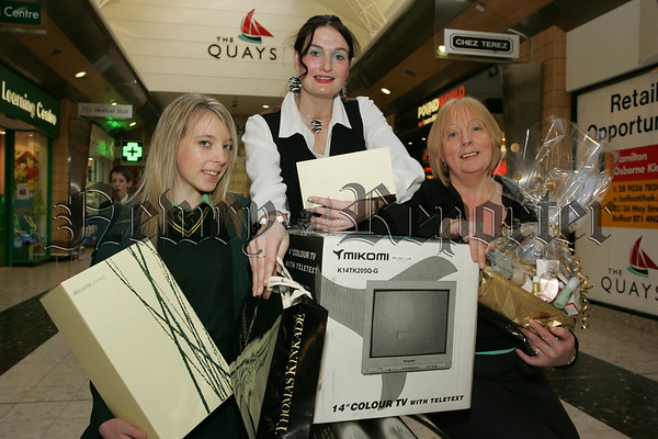 Pictured with Cathy O'Hanlon from the Quay's are Shannon and Marie Lynch who won the Mothers Day competition. 07W12N16