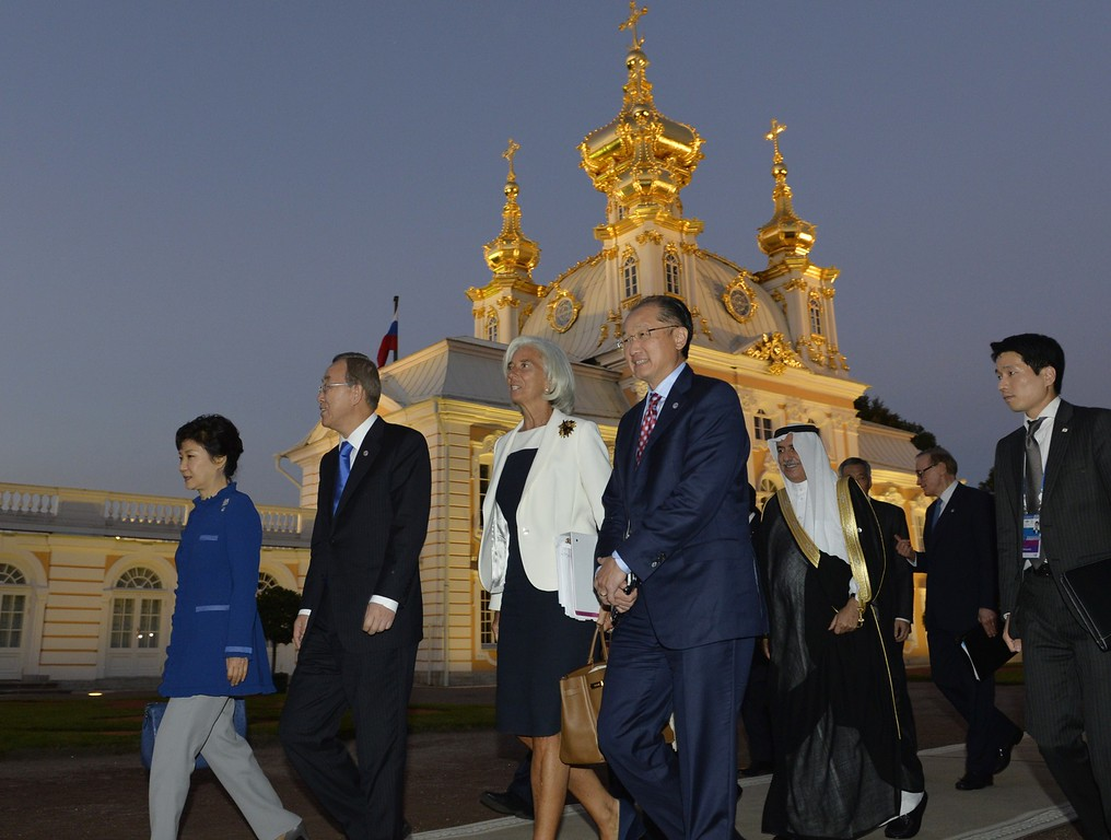 . (FromLtoR) South Korea\'s President Park Geun-Hye, United Nations (UN) Secretary General Ban Ki-moon, International Monetary Fund (IMF) Managing Director Christine Lagarde and World Bank President Jim Yong Kim walk in the gardens of Peterhof Palace before a dinner at the G20 summit on September 5, 2013 in Saint Petersburg.   AFP PHOTO / ERIC FEFERBERG/AFP/Getty Images