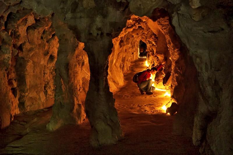 Další poměrně utajený komplex jeskyní a tunelů, začínající v místě s názvem Cave of the Oriente. Tenhle tunel měl alespoň některé části osvětlené. Ovšem nenechte se mýli snímkem, opravdu tam ani zdaleka nebylo tolik světla, jak to na fotce vypadá.