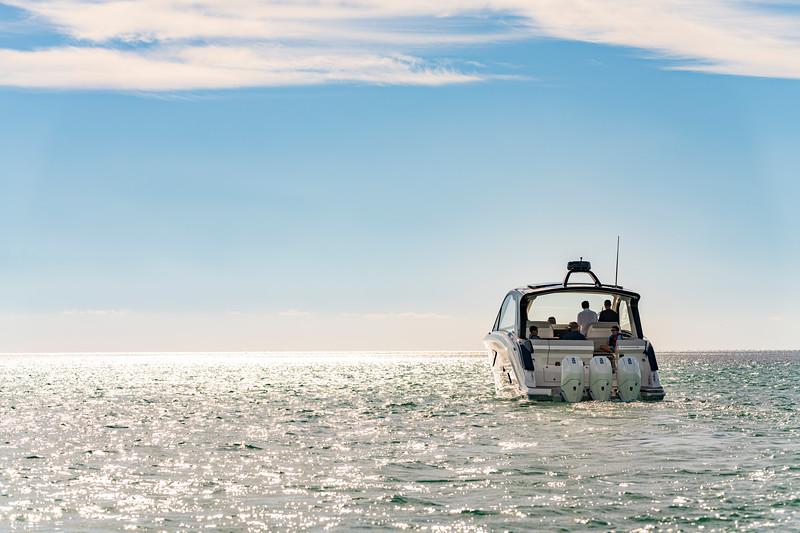 2021-Sundancer-370-Outboard-DAO370-lifestyle-stern-family-friends-00141.jpg