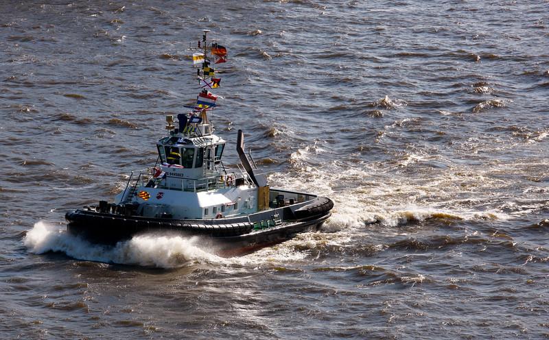 Schlepper Peter auf der Elbe in Fahrt