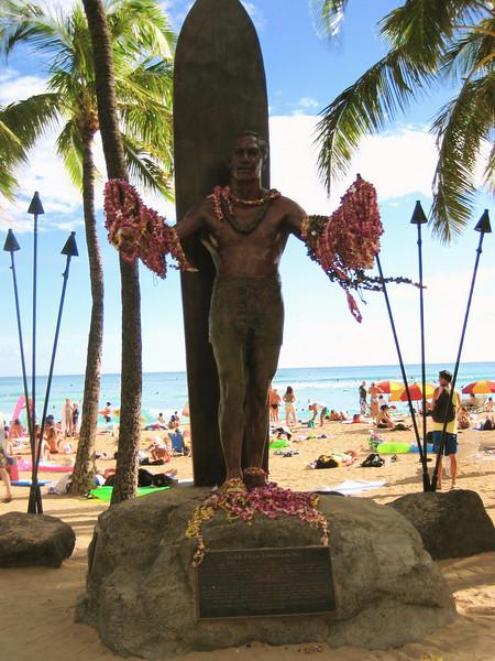 statue of legendary surfer duke kahanamoku at waikiki beach