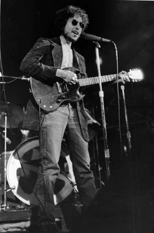 . Pop singer Bob Dylan made a suprise appearance at the Academy of Music on 14th Street, New York City, Jan. 1, 1972 for New Year\'s Day. (AP photo)