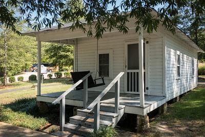 Tiny white house where Elvis Presley was born.