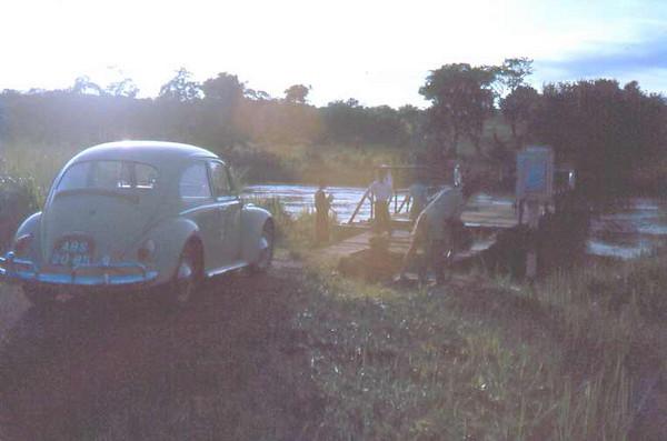 Atravessando o rio numa jangada