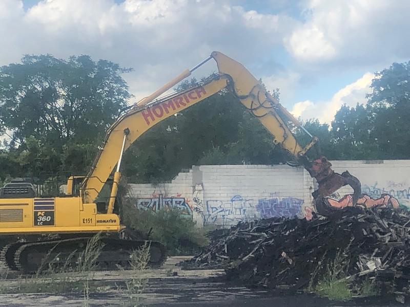 NPK DG40 demo grab on Komatsu PC360 - Homrich Demolition (AIS) - Detroit, MI - loading demolition debris 8-2019 (1 (16).jpg