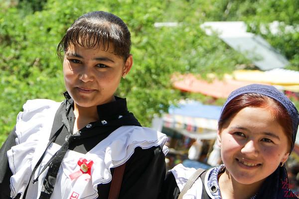 Portrait Kyrgyzstan: schoolgirls