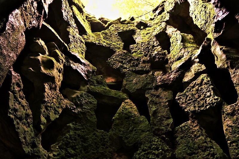 Pohled na duté stěny studny