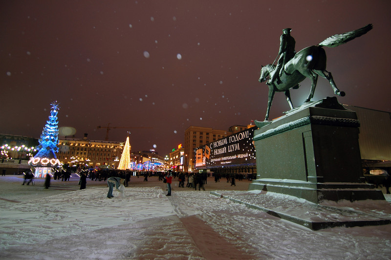 041231 2125 Russia - Moscow - New Years Eve - Snowy Horseman kids and lights _P ~E ~L.JPG