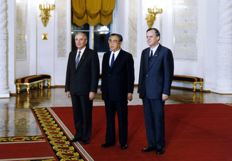 . Mikhail Gorbachev (L), General Secretary of the CPSU Central Committee, and Nikolai Ryzhkov (R), member of the Political Bureau of the CPSU Central committee, Chairman of the USSR Council of Ministers, welcome Kim Il Sung (C), General Secretary of the worker\'s Party of Korea Central Committee, President of the Democratic People\'s Republic of Korea, in St George\'s Hall of Moscow\'s Kremlin on October 22, 1986. (Photo credit should read /AFP/Getty Images)
