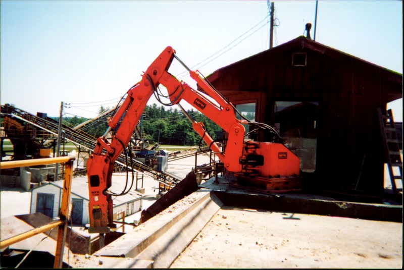 NPK B500 pedestal boom system with E208 hydraulic hammer-breaking rock in quarry (6).JPG