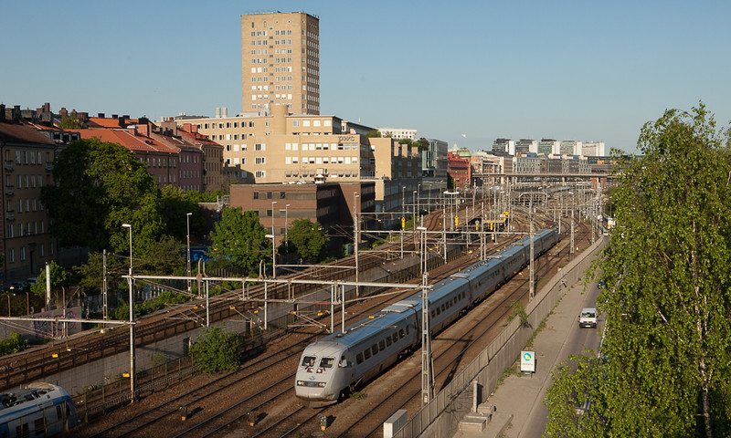 X2000 between Stockholm Central and Karlberg.