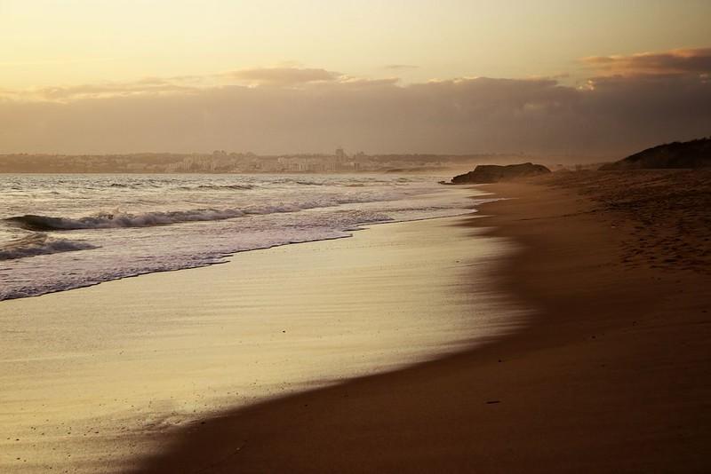 Opar, viditelný vpravo v dáli, tady byl takhle v podvečer na pobřeží celkem běžným jevem