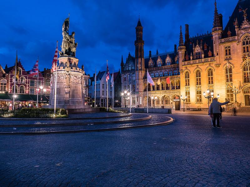 Brugge city square night magenta.jpg