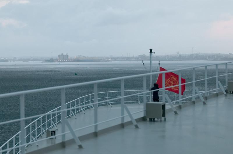 Jetz kann auch die Cunard Fahne auf dem Vorderschiff gehisst werden.