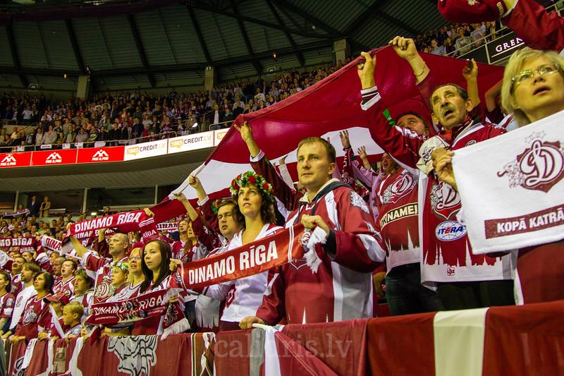 Dinamo Rīga līdzjutēji dzied Latvijas himnu spēles atklāšanas ceremonijā