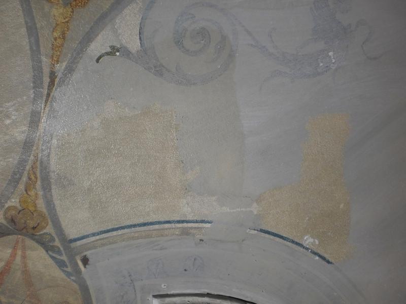 """Freilegungsproblematik; Ziel war, die """"graue Lasur"""" zu halten, mech. Freilegung, teilweise nach angetrocknetem Aufstrich von Klucel M/ Methoxypropanol --> stärker vergilbte Oberfläche bei mech. Freilegung erhalten, d.h. Filmbildner nicht mit abgelöst wie bei Lösemittelfreilegung. Sequenz 2 PICT0171"""