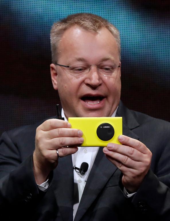 . Nokia CEO Stephen Elop shows his company\'s Nokia Lumia 1020, in New York,  Thursday, July 11, 2013.(AP Photo/Richard Drew)