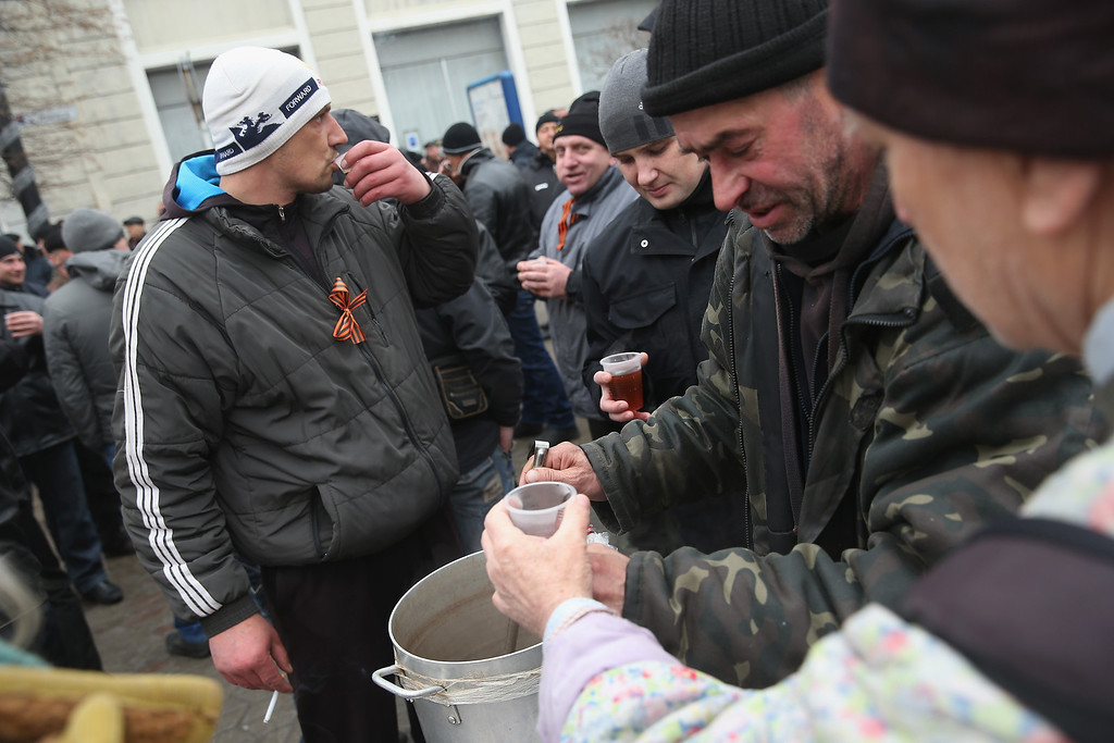 . Pro-Russian supporters warm up with tea while gathering outside the Crimean parliament building on February 28, 2014 in Simferopol, Ukraine.   (Photo by Sean Gallup/Getty Images)