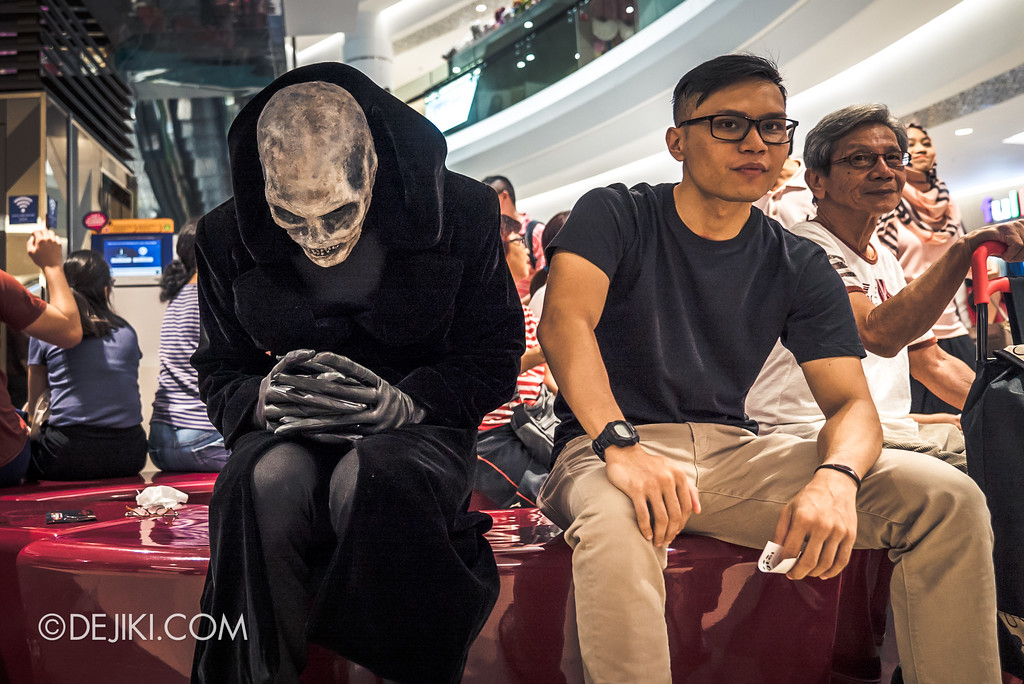 Halloween Horror Nights 7 Before Dark 5 - Scare Actor Meet and Greet HHN7 Icons at Tampines Mall - Lord Obsession sitting down