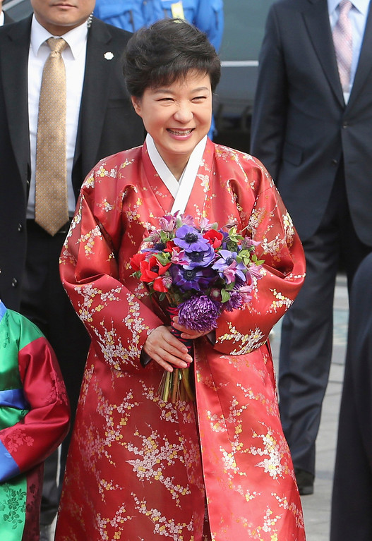 . South Korea\'s new President Park Geun-hye walks at a plaza on her way to the presidential Blue House after her inauguration in Seoul February 25, 2013.   REUTERS/Seo Myong-gon/Yonhap