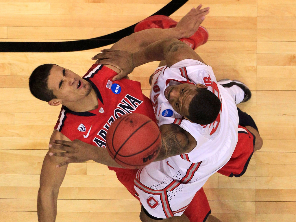 . Ohio State Buckeyes guard Lenzelle Smith, Jr. (32) collides with Arizona Wildcats guard Nick Johnson (13) during the second half in their West Regional NCAA men\'s basketball game in Los Angeles, California March 28, 2013. REUTERS/Lucy Nicholson