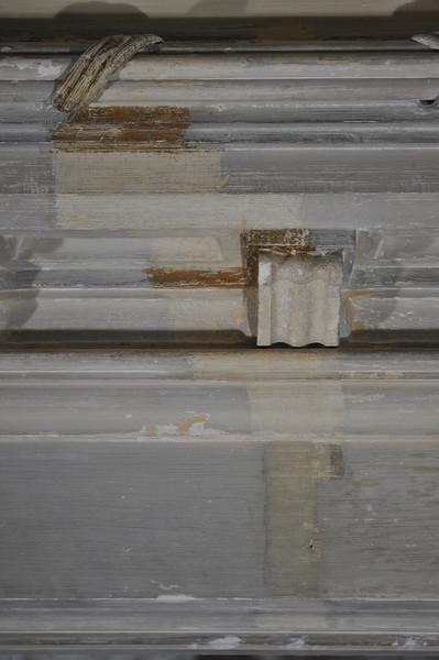 Sondierungsschnitt auf die originale Fassung. Beige mit metallfarbenen Bereichen. Die Stirnseite des Unterzugs setzt sich dunkler ab. DSC_0182