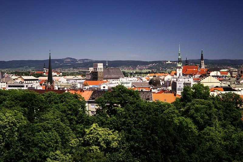"""Zleva věž """"červeného kostela"""", kostel sv. Mořice a vpravo radnice, za kterou vykukuje katedrála sv. Václava"""
