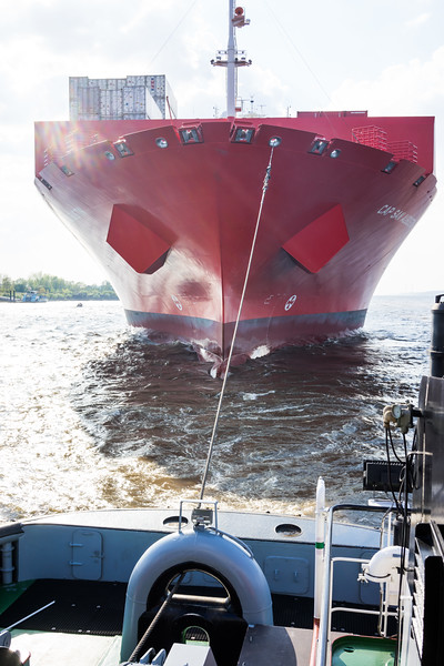 Containerschiff Cap San Augustin mit Schlepperbugsier 5 auf der Elbe