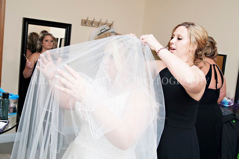 Hillary_Ferguson_Photography_Melinda+Derek_Getting_Ready218.jpg