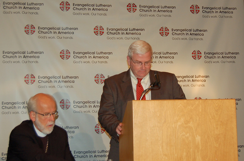 Presiding Bishop Mark S. Hanson and John Brooks, ELCA news director, prepare for Monday's news conference.