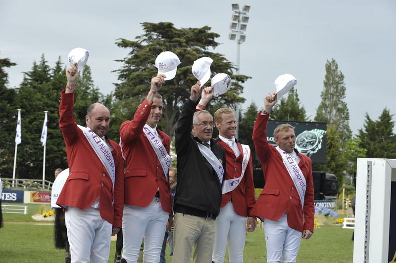 JUMPING : podium des vainqueurs, l 'équipe belge remporte la coupe des nations 2012 de La Baule : PHILIPPE LE JEUNE, GREGORY WATHELET, P. GUERDAT, NIELS BRUYNSEELS ET DIRK DEMEERSMAN  COUPE DES NATIONS 2012 -  CSIO DE LA BAULE 2012 - PHOTO : © CHRISTOPHE BRICOT