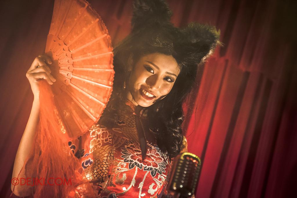 Halloween Horror Nights 6 - Hu Li's Inn / Hu Li sings on stage