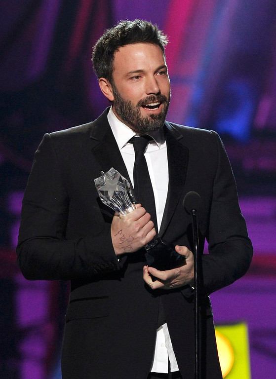 """. Director Ben Affleck accepts the \""""Best Director\"""" award for the movie \""""Argo\"""" at the 2013 Critics\' Choice Awards in Santa Monica, California January 10, 2013.  REUTERS/Mario Anzuoni"""