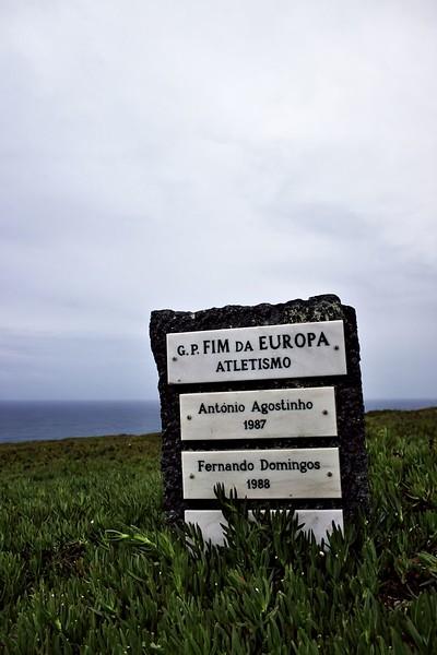 Snažil jsem se zjistit, proč tu tenhle památník je, ale nepodařilo se mi to. Vím jen to, že Grande Prémio Fim da Europa je místní slavná běžecká soutěž.