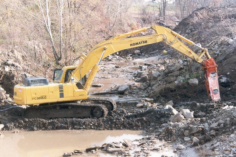 NPK E220 hydraulic hammer on Komatsu PC300LC excavator (1).jpg