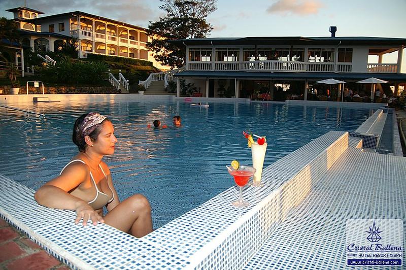 Cristal-Ballena-Pool6_0600px-wm.jpg