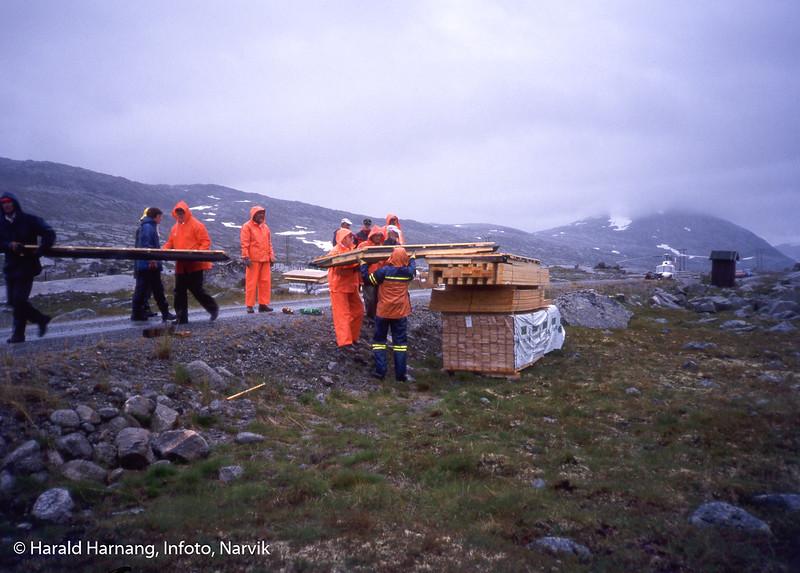 Hyttebygging for Narvik og omegn turistforening å Skjomfjellet. Transport av materiell med helikopter inn til byggeplass.
