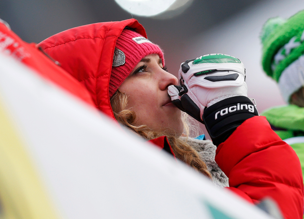 Description of . Laura Kildow, sister of Lindsey Vonn of the U.S., reacts to after Vonn's crash in the women's Super G race at the World Alpine Skiing Championships in Schladming February 5, 2013. REUTERS/Leonhard Foeger