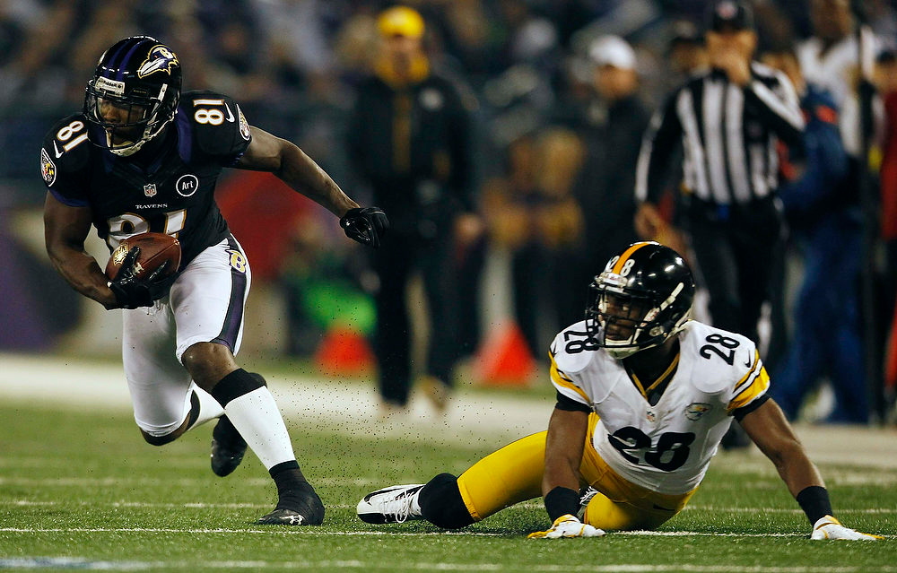 Description of . Baltimore Ravens receiver Anquan Boldin breaks away from Pittsburgh Steelers cornerback Cortez Allen (R) on a first down pass completion during the first half of their NFL football game in Baltimore December 2, 2012.  REUTERS/Gary Cameron