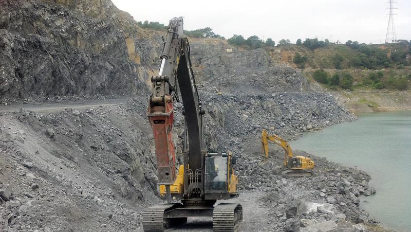 NPK GH12 hydraulic hammer on Volvo EC290 excavator (1).jpg
