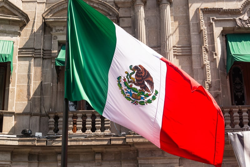 biggest mexican flag is in mexico city centro historico