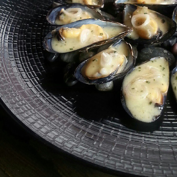 I_m_from_the_East_Coast_so_mussels_have_never_really_been_anything_special_to_me._I_ll_eat_them_at_home_but_never_in_a_restaurant._Compartir_changed_my_mind__these_are_in_Bernaise_sauce_and_absolutely_special_-_as_is_this_restaurant.__inspiration.jpg