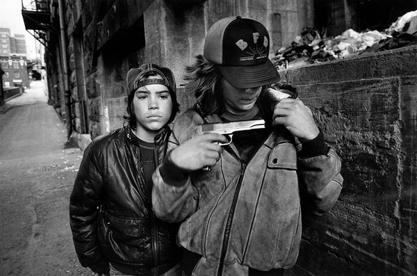 Mary Ellen Mark - Rat and Mike with a gun, Seattle, Washington, USA, 1983