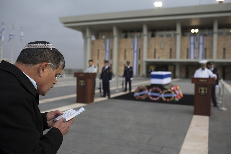 . A man prays as former Israeli Prime Minister Ariel Sharon lies in state at Knesset Plaza on January 12, 2014 in Jerusalem, Israel. (Photo by Uriel Sinai/Getty Images)
