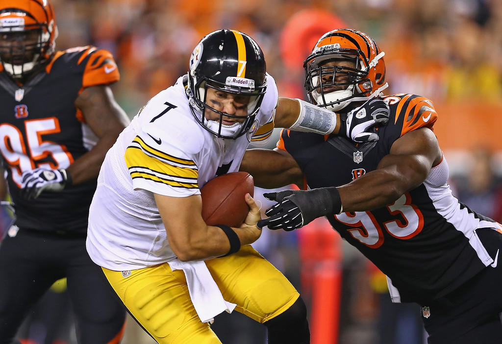. Ben Roethlisberger #7 of the Pittsburgh Steelers runs with the ball while defended by Michael Johnson #93 of the Cincinnati Bengals during the game at Paul Brown Stadium on September 16, 2013 in Cincinnati, Ohio.  (Photo by Andy Lyons/Getty Images)