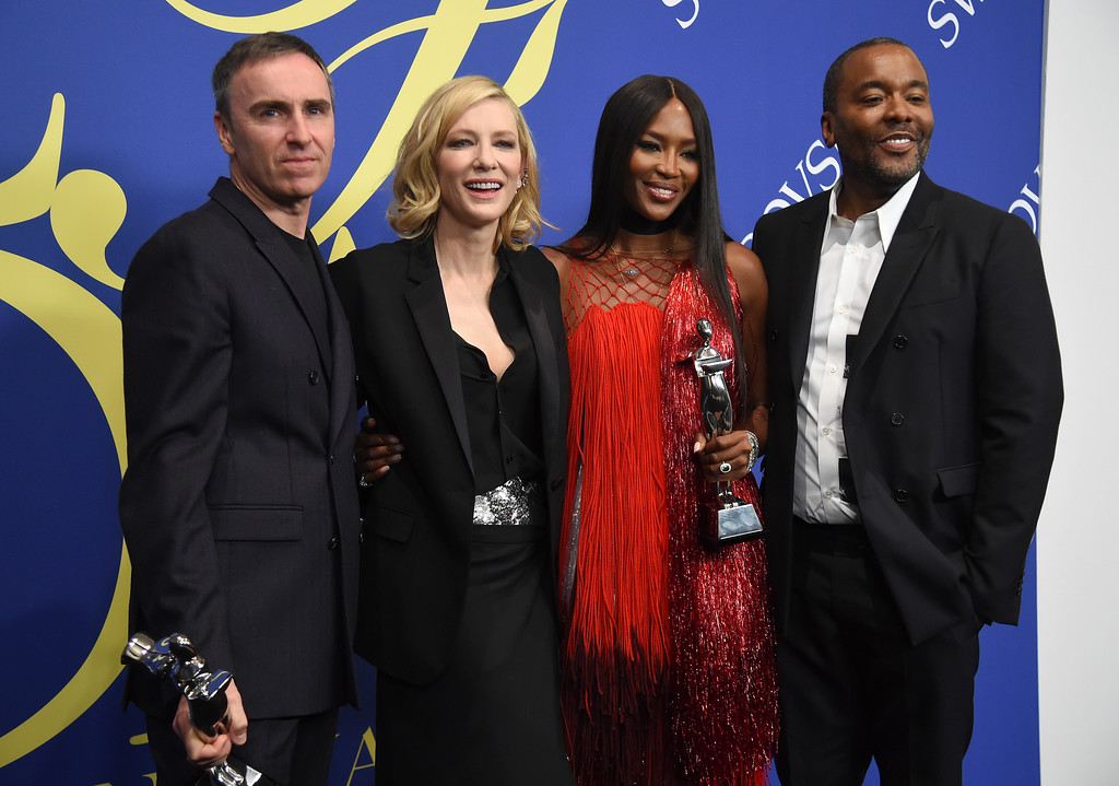 . Raf Simons, of Calvin Klein, winner of the women\'s wear designer award, from left, Cate Blanchett, and Naomi Campbell, winner of the fashion icon award, and Lee Daniels pose in the winner\'s walk at the CFDA Fashion Awards at the Brooklyn Museum on Monday, June 4, 2018, in New York. (Photo by Evan Agostini/Invision/AP)