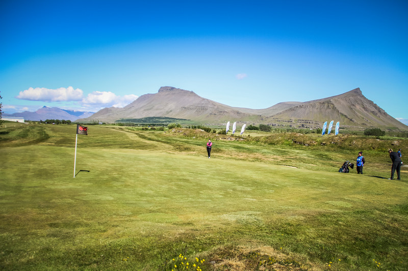 Saga Traustadóttir; GR og Heiðrún Anna Hlynsdóttir, GOS, á 9. flöt á Garðavelli.  Mynd/seth@golf.is