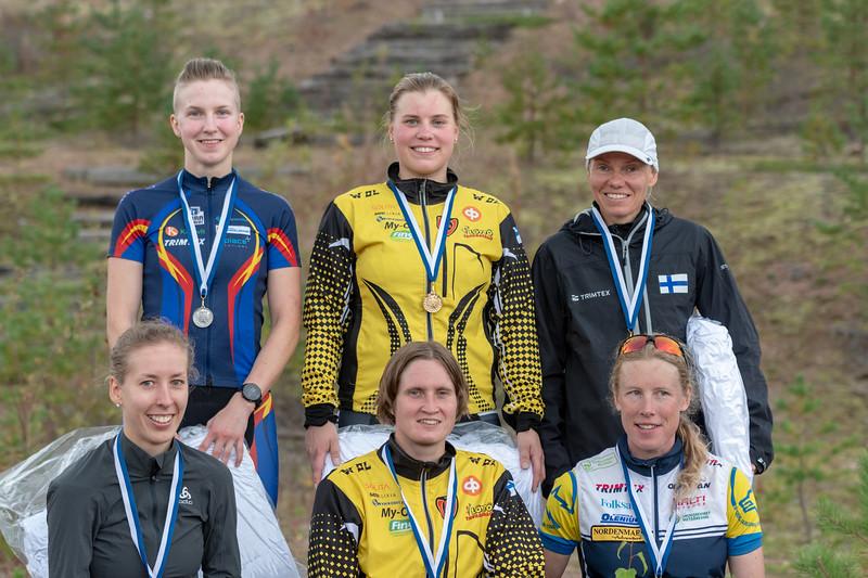 Naisten palkitut, voittaja Henna Saarinen keskellä ylhäällä
