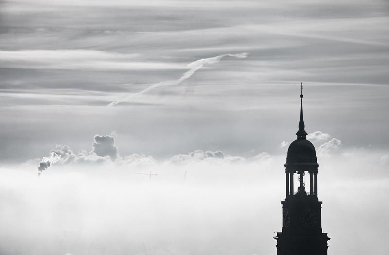 Michel St. Michaelis Hauptkirche Turm im Dunst und Nebel in schwarz-weiß